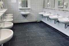 Waschraum-Maedchen-scaled